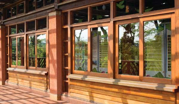 Деревянные окна в интерьере дома